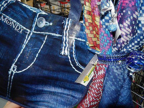 JEANS-LOOK - Jeans este intotdeauna actual si se poate combina multiplu: Geanta MONDY BAG in design jeans, esarfa PIXEL, bratara, cercei GLOBURI si inel din sticla venetian.