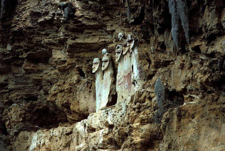 Nach dem etwas krassen Bild gestern, nähern wir uns heute wieder langsam der Normalität an. Die Statuen sind nur etwas gruselig ;) #outdoorconcepts #wandermut #urwald #jungle #dschungel #knochen #bones #grab #grave #hügelgrab #ruine #ruinen #ruins #mountain #outdoor #scary #scarynature #steilwand #statue #skull #watchmen #guardians #wächter