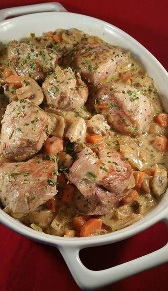 Zelf verzonnen recept van malse varkenshaas met een heerlijke romige witte wijn saus met champignons en wortel. De varkenshazen op kamertemperatuur laten k