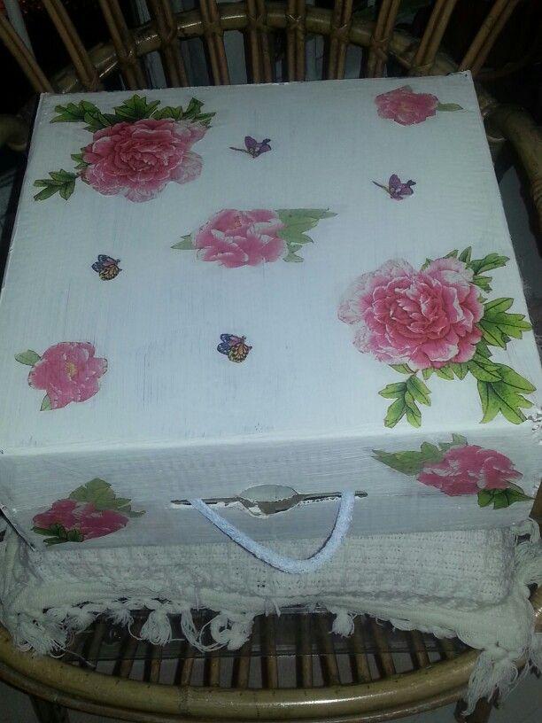 Caja de zapatos reciclada y decorada con servilletas de papel