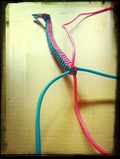 pulsera de plástico..aún vendemos hilos de colores para hacerlas..¡que fuerte!