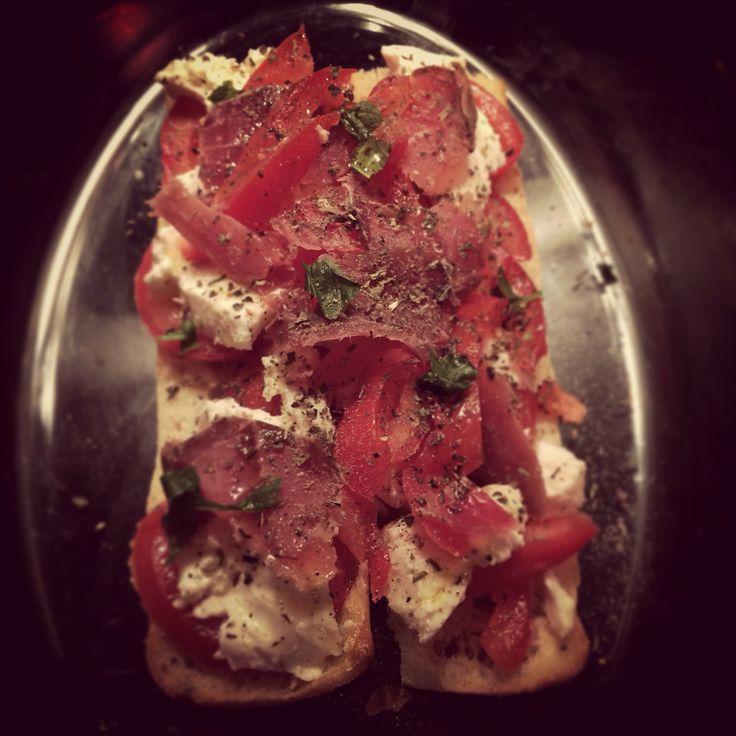 Tartine gourmande : mozzarella tomate jambon fumé basilic huile d'olive. Il ne manque plus que les 15 min au four à 210. #food #recettefacile #recetterapide #fastfood #tartine #recette #cuisine