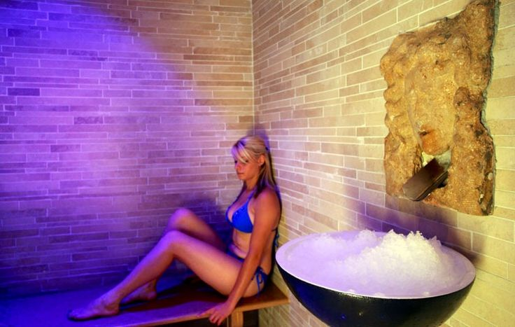 Ледяной фонтан представляет собой специальный сосуд с гранулированным снегом, использующийся в spa-центрах для обтирания после сауны. Как правило, он состоит из льдогенератора, по трубопроводу которого снег поступает в специальную чашу.