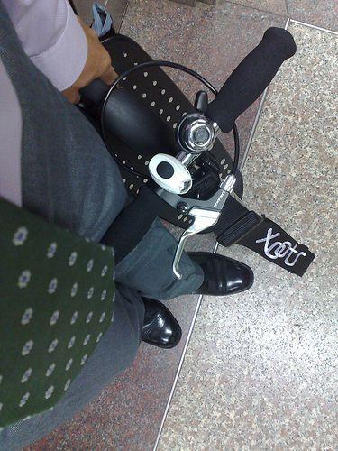 Elegancko... krawat, dzwonek i hulajnoga Xootr :-) http://www.aktywnysmyk.pl/167-hulajnogi-xootr