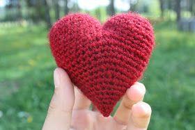 Detta lilla hjärta virkade jag i somras, och nu tänkte jag lägga upp mönstert här på bloggen ^^  Den är virkad med nummer 3 på virknålen.  B...