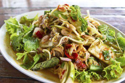 Salade thaï au bœuf épicé  : 500g de bœuf (faux-filet, pavé, rumsteck) + 300g de germes de soja + 1 concombre + 1 batavia + Feuilles de menthe fraîche + Coriandre fraîche + 1 gousse d'ail +  2 tiges de citronnelle + 1 oignon nouveau + ½ piment (facultatif) + 2 c à s de graines de sésame + 100g de cacahuètes grillées non salées + 2 c à s de sucre roux + Huile de sésame + Vinaigre de riz + 2 c à s de jus de citron vert.