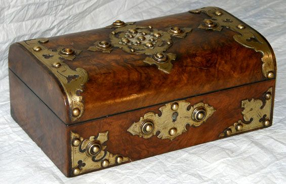 Antique box with bhttp://d30opm7hsgivgh.cloudfront.net/upload/365788634_DOQzF0fb_b.jpgrass