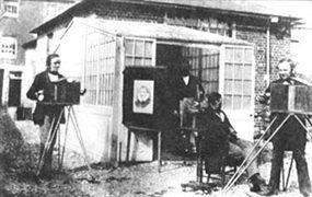 Stúdio de Henry Talbot, foto de 1840. A Arte da fotografia nasceu em 1822, quando o físico francês Nicéphore Niepce (1765-1833), eternizou a primeira imagem da realidade numa chapa de metal. Logo depois, uma coincidência: o francês Louis Daguerre (1787-1851) e o britânico William Henry Talbot (1800-1877), anunciaram, separadamente, em janeiro de 1839, ascsuas descobertas sobre engenhocas que tiravam fotos de pessoas, cenas e paisagens.