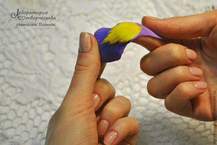 Этот фото мастер-класс посвящен изготовлению ириса из фоамирана. Для работы вам потребуются: фоамиран, выкройки (шаблоны), зубочистка, ножницы, термоклеевой пистолет, утюг, тейп-лента и проволока, акриловая краска (белый, желтый, ультрамарин). 1. Выкройки (шаблоны) для ириса. 2. Обведите шаблон зубочисткой, затем вырежьте по контуру. 3. Для ириса необходимо заготовить по 3 лепестка каждой выкройки , т.е. 9 лепестков в целом.