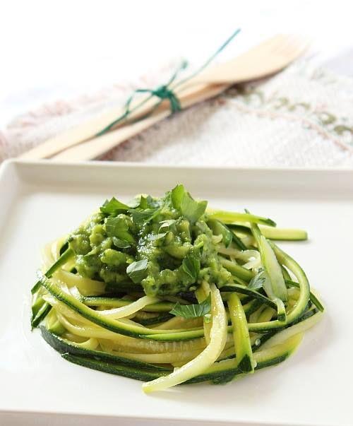 Spaghetti di zucchine con pesto di avocado? Li abbiamo! #VeganoMaNonStrano