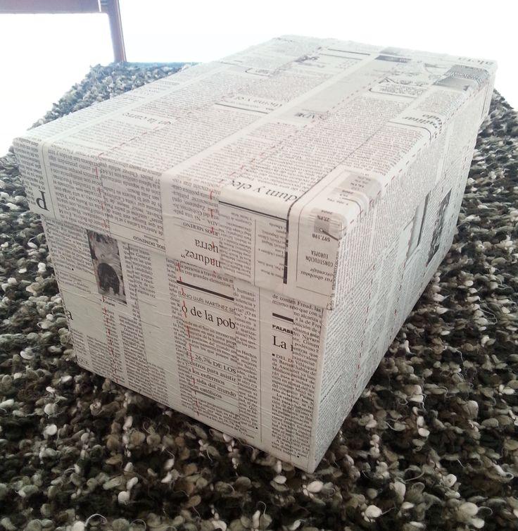 Caja de cart n forrada con papel de peri dico y con - Forrar cajas de carton con telas ...