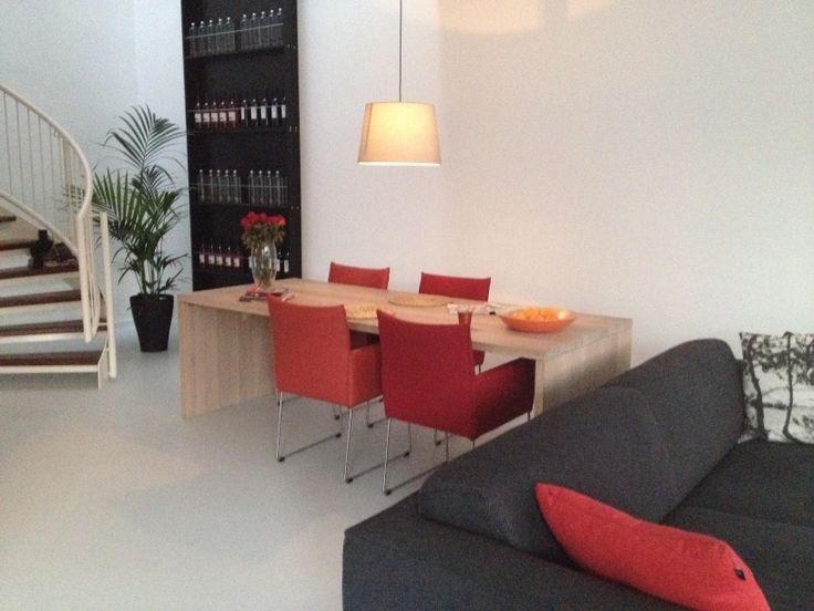 Wijnkast | eetkamertafel en stoelen | bank design on stock | gietvloer | grijs | rood