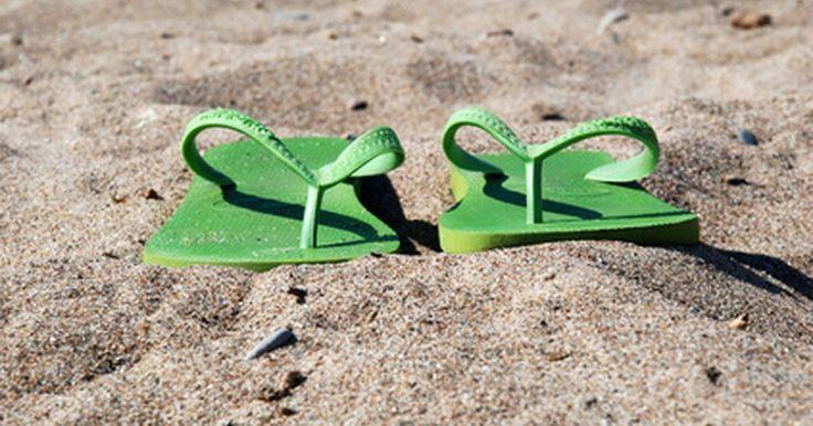 Lista de cosas para empacar para vacaciones familiares en la playa. La planificación de vacaciones familiares exitosas en la playa requiere de una lista que asegure la diversión al sol y en los deportes. Hay muchos factores a considerar al decidir qué empacar, como la ubicación y el clima de la playa, las actividades, la edad de los hijos, la duración del viaje y el presupuesto. Al hacer una lista deben incluirse ...