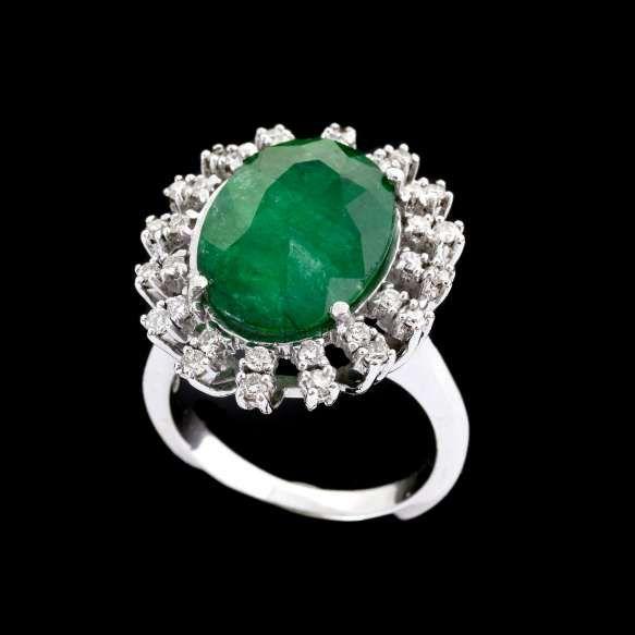 Anel de ouro branco 18k, diamantes lapidação brilhante e esmeralda oval regulando 8,00ct. Cerca de 11,0g. Medida 16/17.