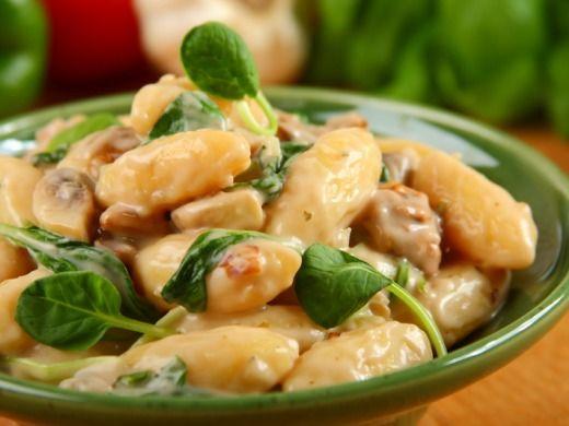 Gnocchi se špenátem a houbovou omáčkou
