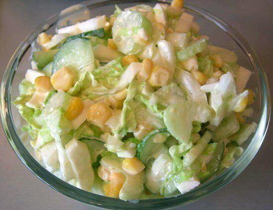 Салат с капустой, огурцами и кукурузой Ингредиенты: -пол кочана молодой капусты; -2 огурца; -пол банки консервированной кукурузы (примерно 100 грамм); -50-80 грамм сметаны; -немного рубленой зелени укропа; -соль. Приготовление: Нашинкуйте капусту, огурцы нарежьте напополам, а затем на тонкие дольки. Выложите все это в салатник, добавьте кукурузы, сметаны и зелени. Посолите по вкусу.Приятного аппетита!