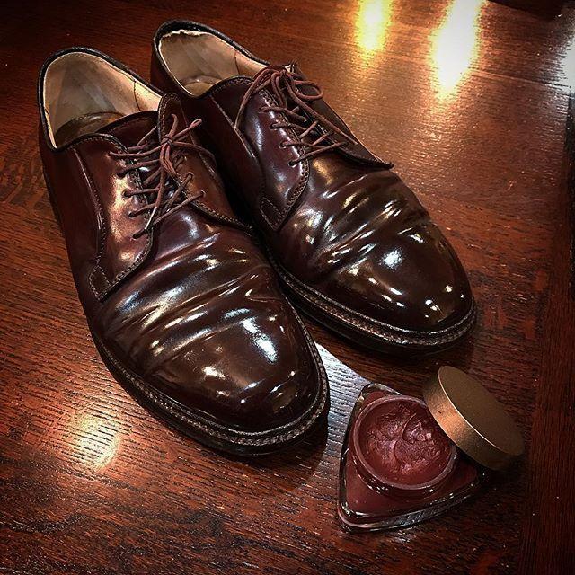 """2016/11/26 19:41:42 gakusato_gakuplus GAKUPLUS流コードバン磨き 当店ではコードバンを磨くのに乳化性クリームもコードバン専用クリームも使用しません。 使用するのはお馴染みメイドインジャパン最高級クリーム・アーティストパレット✨ 写真の靴は伝わりやすいよう、アーティストパレットのみで磨いています。アーティストパレットだけでもここまで輝かせる事が可能です。しかし、アーティストパレットだけでは傷から守るような厚い膜は作れないので通常はここから更に保護の為つま先をメインにポリッシュを使用します! 最近コードバンを磨く際に使用するクリームについての質問を多く頂きますが、自信を持ってコードバンにこそアーティストパレットをお勧めします!! まず、コードバンに1番良くない物は""""水""""です。革に悪いわけではありませんが、乾燥した状態で水が少しでも染み込むとシミになったり光沢が出なくなったりします。 革のダイヤモンドとまで言われるコードバン特有の美しい光沢が一瞬で無くなります。。。…"""