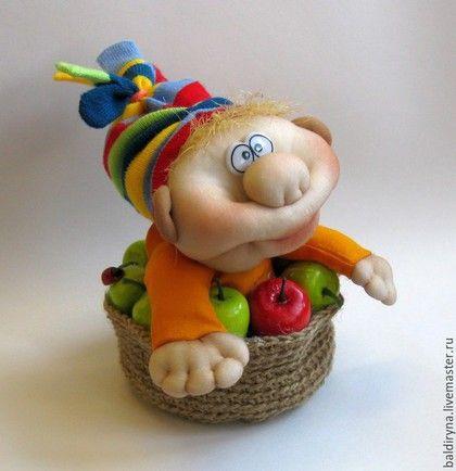 Купить или заказать Гном (гномик) кукла чулочная в яблочной корзинке в интернет-магазине на Ярмарке Мастеров. Стоит в лесу тесовый дом, Дом гнома! А в нём живёт весёлый гном, Гном-дома! Он кормит белок шишками, За стол садится с мишками, С пушистыми зайчишками Да с мышками-норушками! Он делится игрушками С кукушками-болтушками, С енотами и с дятлами, С совой, обросшей патлами! Веселый яблочный Гном станет хорошим подарком для близких и родных, друзей и знакомых. Принесет счастье и удачу в…