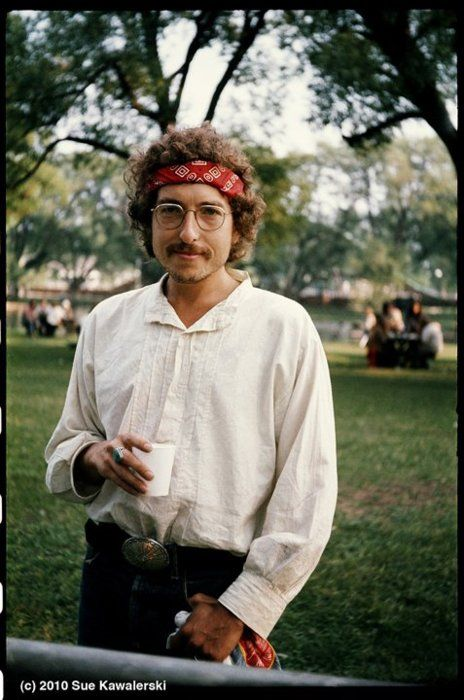 Bob Dylan in 1971... never seen this picture before. I like it, he looks like a bookish hippie!!