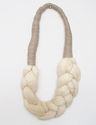 collar trenzado de vellon natural.