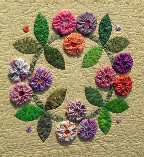 quilts with large yoyo's | This yo-yo wreath appliqued quilt is by Barbara Smith and won first ...