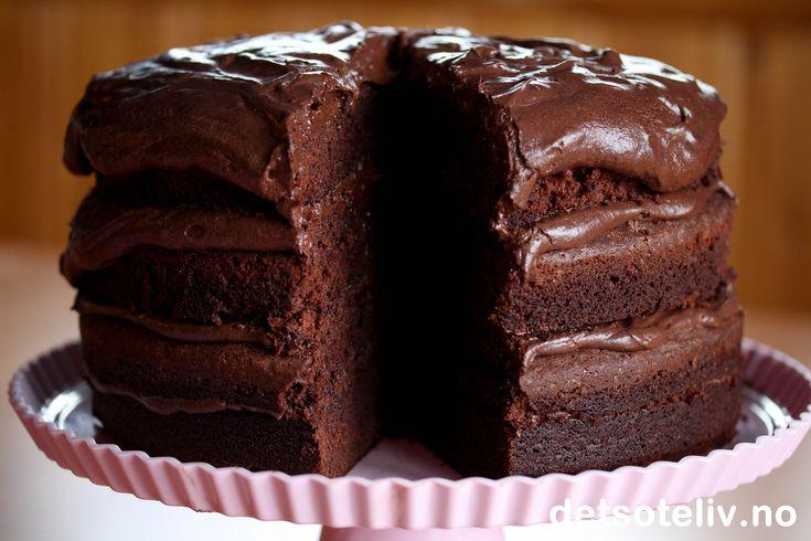 """""""Mafioso Chocolate Cake"""" er basert på en ekte, italiensk familieoppskrift! Dette er en mørk og overveldende høy og flott sjokoladekake i fire lag. Kaken fylles med nydelig, kremete La Famiglia Chocolate Frosting. """"A chocolate delight any gangster would love!"""""""