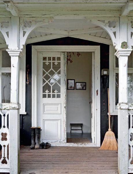 Det smukke gamle indgangsparti med fint udskåret træværk er bevaret. Den gamle vognlampe stammer fra en karet.