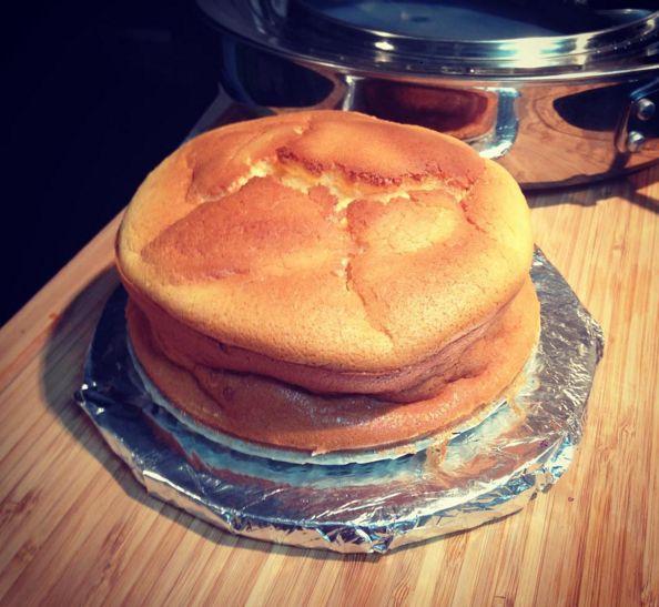 ふわふわ食感でお口の中でとろけるようなスフレチーズケーキはおいしいですよね。ただ、作るのが難しく、ひび割れたり、膨らまなかったりと難易度の高いメニューのひとつ。今度こそうまく作りたい!という方のために材料3つ!youtube再生回数660万回の世界中に注目されるチーズスフレレシピを紹介します。