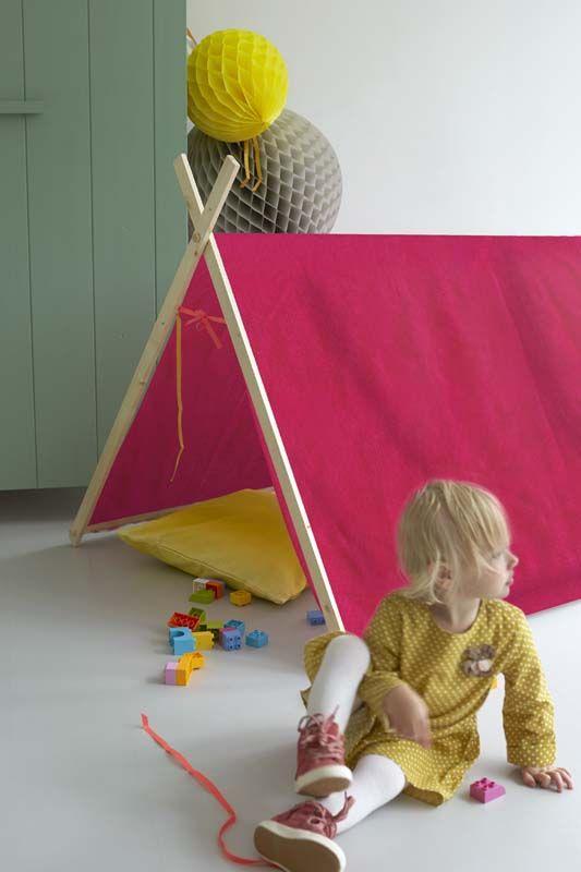 Deze leuke speeltent voor kinderen is makkelijk om te maken van een oud dekbedovertrek of gordijn. #karwei #diy #wooninspiratie