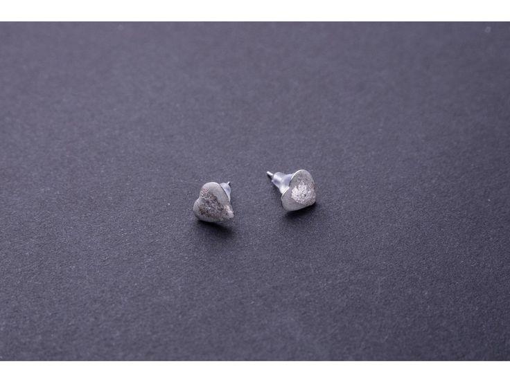 Náušnice Fakticky srdce. Kombinací betonu a drahokamů vznikají náušnice od Fakticky Beton dostává ve špercích od Fakticky nový nádech a rozměr. Parametry: PRŮMĚR OZDOBY: cca 1 cm MATERIÁL: beton, chirurgická ocel,plátky stříbra VYROBENO: ČR Pozn....