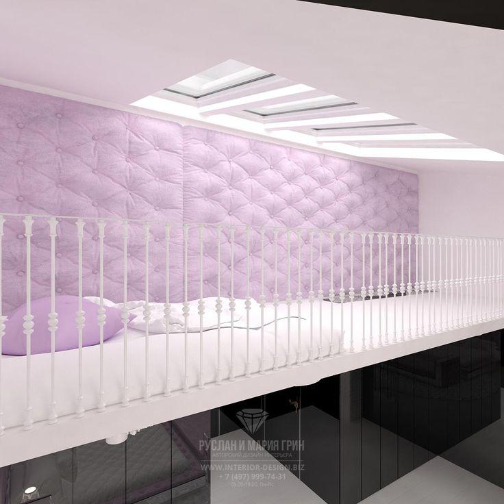 Дизайн мансарды с окнами в детской комнате в розовых тонах