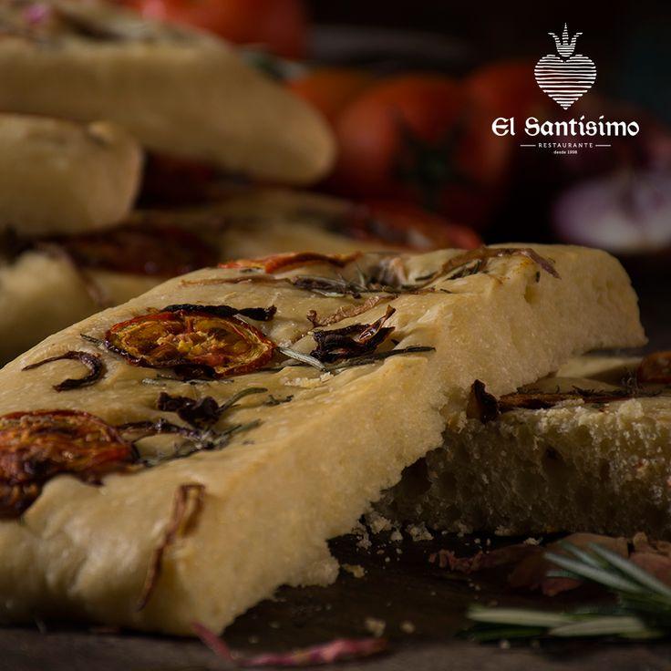 La focaccia, una pieza de pan aromática cocida sobre fuego, que nace de la supervivencia y el amor puro genovés, para servirse en la mesa gracias a la influencia de los antiguos griegos. #ElSantísimo