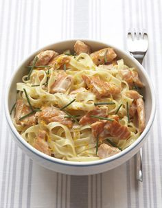 Recette Carbonara au saumon fumé : Plongez les tagliatelles dans une grande quantité d'eau bouillante salée (surveillez la cuisson : les pâtes doivent êt...