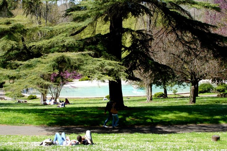 Keeping cool in the Villa Borghese park in Rome