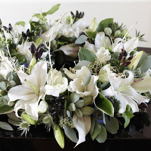 Rouwarrangement Krans Winter. Bijzondere rouwarrangementen in verschillende vormen of met een symbolische betekenis, bij Afscheid met Bloemen vindt u het allemaal. In de rouwarrangementen gebruiken wij grote, bijzondere bloemen, altijd uit het seizoen. Gemaakt door Afscheid met Bloemen.