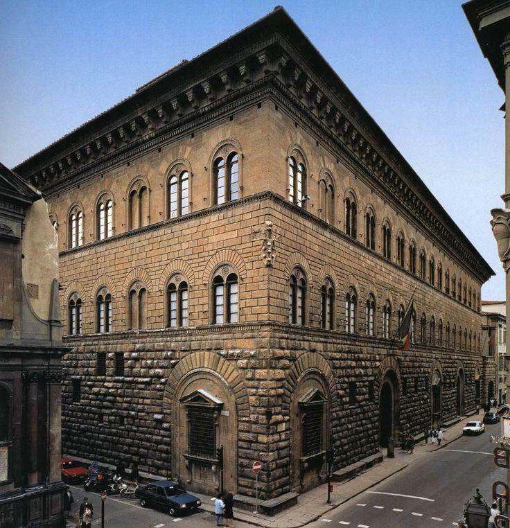 """Palazzo Medici-Riccardi, Florence (1444-1459). Architecte : Michelozzo. Ses façades à bossage rustique, dont les trois niveaux typiques décroissants en allègent l'allure et accroissent l'effet perspectif, sont séparées par des corniches """"marcapiano"""" et l'ensemble est couronné d'une corniche en surplomb à modillons de type corinthien qui cache une toiture à faible rampant (justifiée par le climat toscan) Elle comporte aussi des fenêtres géminées avec des arcs en plein-cintre."""