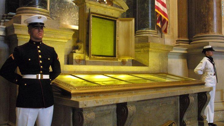 Clădirea Arhivelor Naționale din Statele Unite adăpostește textele fundamentale, cum ar fi Declarația de Independență, Legea Drepturilor și Constituția.