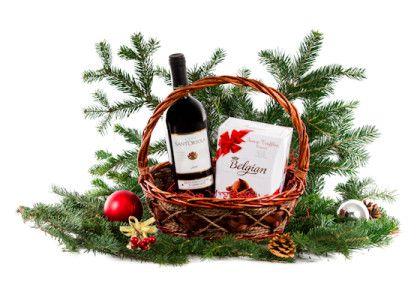 Cos cadou Craciun - CSN02 colectia 2013  Continut:  - Vin rosu Montepulciano D'Abruzzo 0.75 l - Belgian Truffles 200g - Iarba decor, funda, folie ambalare - Cos rachita elegant  Pret: 39 lei + TVA