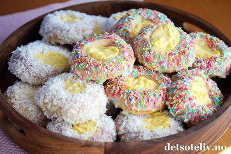 Neste gang du lager Skolebrød, prøv å drysse noen med fargerikt kakestrøssel i stedet for kokos. Morsomt og garantert populært! Jeg har her brukt deigen til Verdens beste boller for å lage ekstra store og kjempemyke skolebrød.