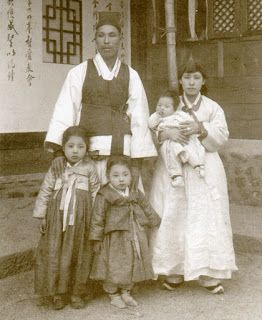 Yangban,high class family. since their house is written some Chinese character,it was permitted only for Yangban.