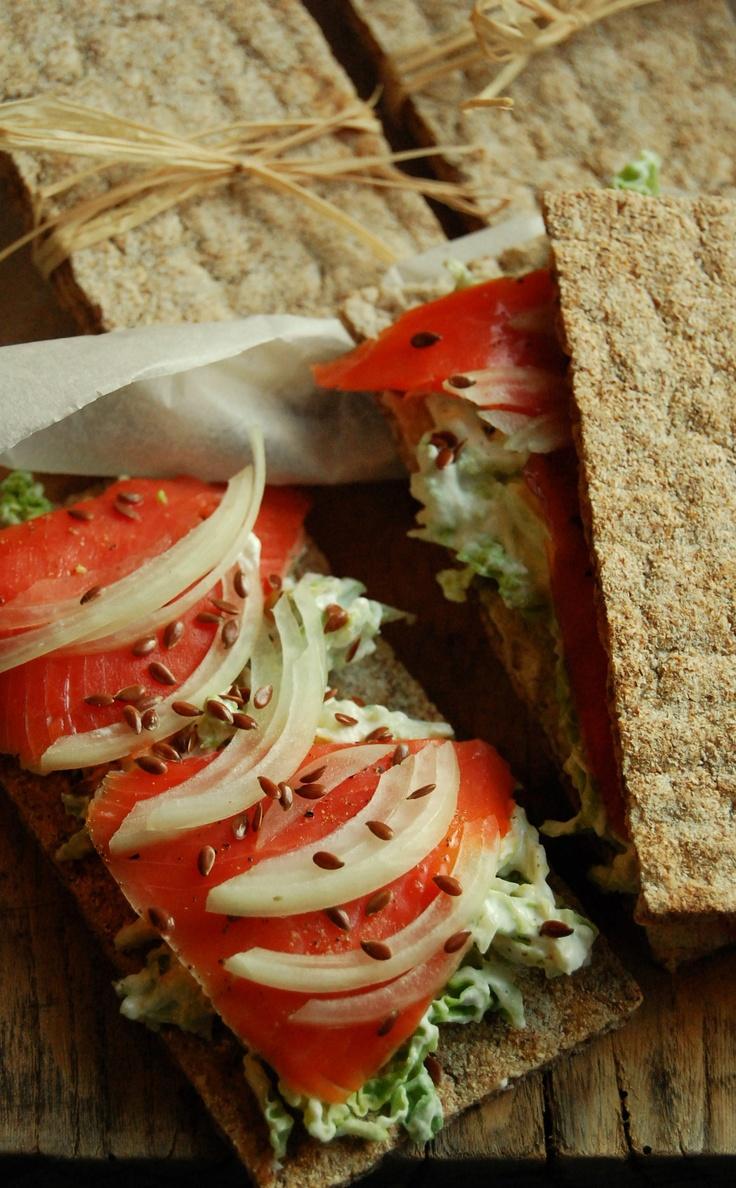 Pane wasa con verza e salmone affumicato