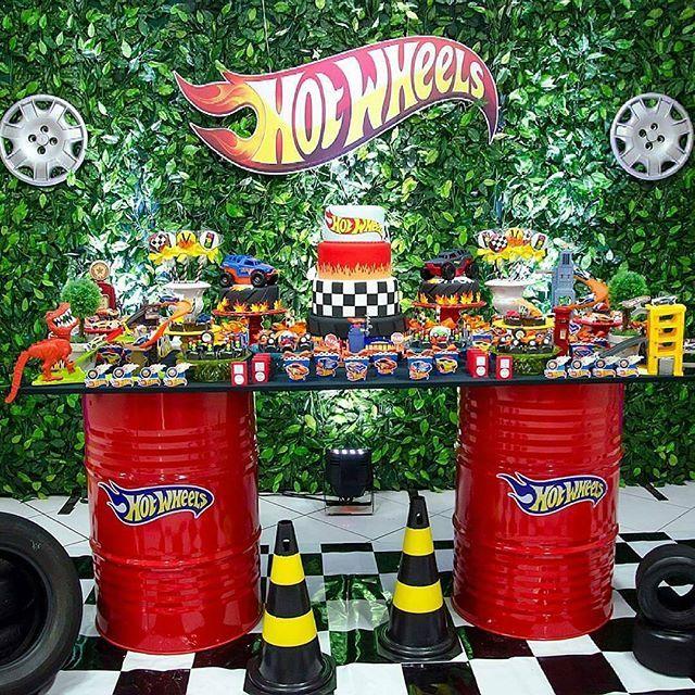 Hot Wheels - adoramos essa mesa feita de tonéis. Por @algodaodoce_festasfoz - A festa do pequeno Vitor foi um show de cores, alegre assim como ele! #festahotwheels #hotwheelsparty #hotwheels #piradaemfesta