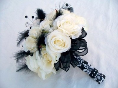 bukiet ślubny: Ideas, White Flowers, Bridesmaid Flowers, White Rose, Wedding Bouquets, Black And White, White Weddings, White Bouquets, Black Feathers