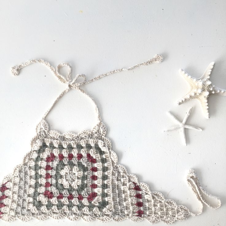 It starts as a plain granny square with 9 rounds, then the sides are worked over 11 rows (tapers down in the granny square pattern from 6 treble groups to 1 treble group) and finished off with 6 treble-scollops around all the edges