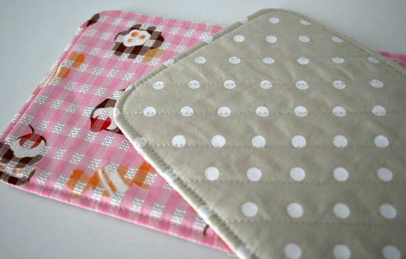 """Mug rug é um """"tapetinho de caneca"""". Um mini jogo americano para ser usado na hora do lanche ou do chazinho. Feito em tecido de algodão japonês e nacional e forrado com manta acrílica. Possui um bolsinho lateral para colherzinha ou saquinho de chá. Medidas aproximadas: - Largura: 22,5 cm -..."""