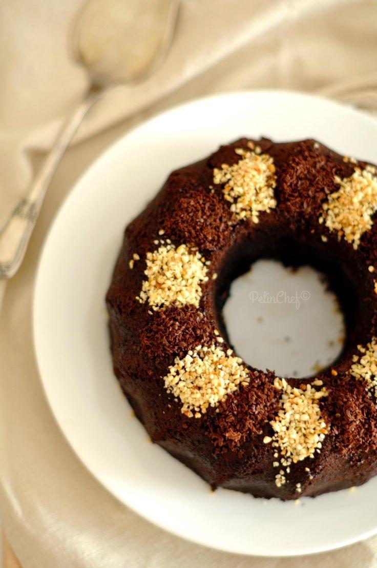 Kim sevmez çikolatalı ıslak keki? Ben bayılırım. Fındıklısını daha da çok sevdim. Diğer ıslak kek tariflerinden farklı olarak baton kalıpta pişiriyoruz. Pişince kalıptan çıkarıp, sosu kalıba döküyor, keki tekrar kalıba koyuyoruz. Üzerine de sos gezdiyoruz. Böylecek her