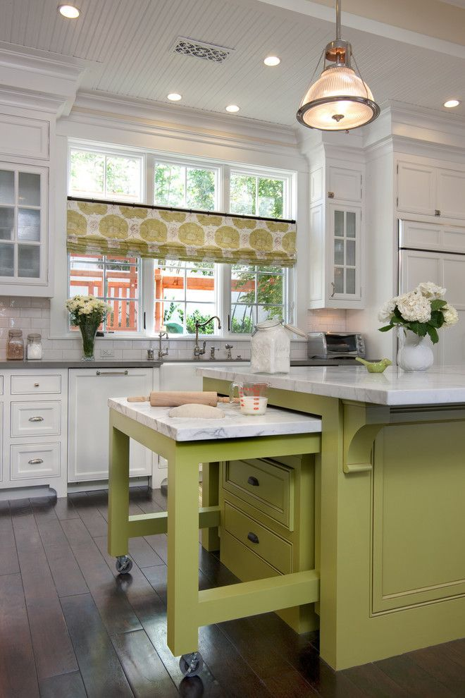 Короткие шторы на кухню: 75+ утонченных интерьерных решений для кухни и столовой зоны http://happymodern.ru/shtory-na-kuxnyu-korotkie/ Кухонные занавески «кафе» из натурального материала с цветочным принтом. Цвет принта повторяется на фасаде кухонного острова, а тематика принта дополняется живыми цветами в интерьере