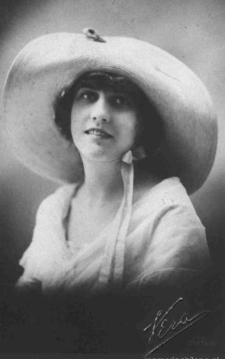 Magdalena Petit Mardones; tambien llamada Catalina Petit Mardones(1903-1963) fue una escritora chilena, recordada por sus populares novelas La Quintrala, Los Pincheira y Los Hijos del Caleuche, entre otras. También escribió obras de teatro, ensayos y biografías.