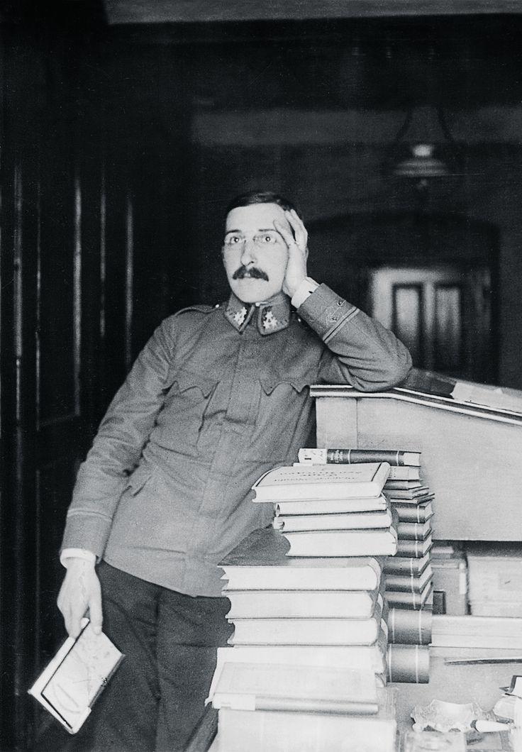 Stefan Zweig, traballando nos arquivos austríacos durante a Primeira Guerra Mundial.