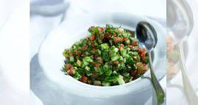 Israelischer Salat mit Tahina, Petersilie und Koriander